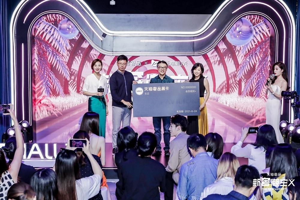 阿里巴巴集團副總裁、天貓服飾風尚事業部及快速消費品事業部總經理胡偉雄(左三)表示,天貓通過提供中國奢侈品消費群的獨到分析和見解,讓奢侈品牌深入探究消費者偏好。