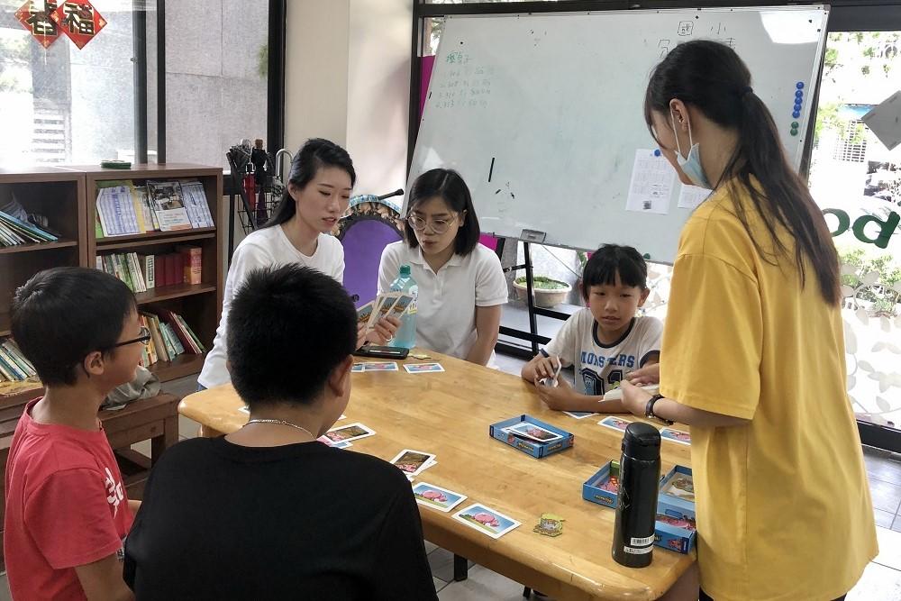 與學童們一起進行趣味歡樂的桌遊。