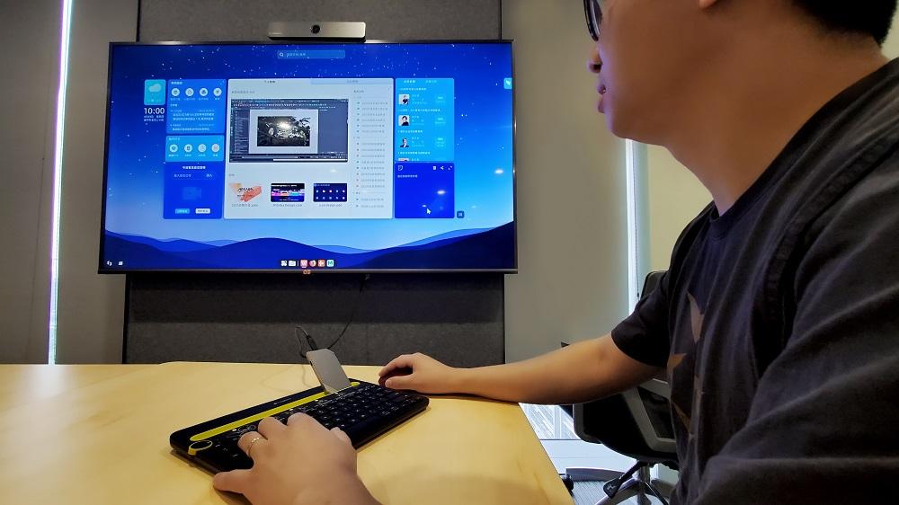把雲計算機「無影」連接至一般的電腦屏幕,就能夠接入雲計算機服務,進入專屬的雲計算機桌面及訪問各種應用和文件,隨時隨地使用阿里雲海量的雲計算資源。