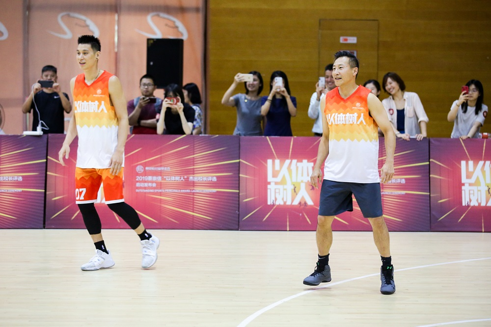 蔡崇信(圖右)與前NBA球員林書豪去年7月在「以體樹人」傑出校長評選啟動發佈會後以球會友。