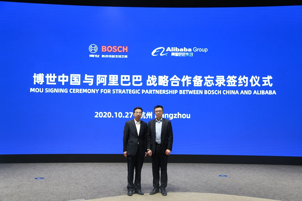 博世集團中國總裁陳玉東(圖左)與阿里巴巴集團副總裁、企業服務體系秘書長靖捷出席簽約儀式。