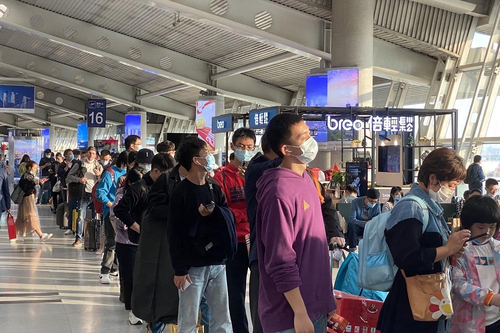 剛過去的「十一黃金周」長假期,是進入疫情防控常態化之後的首個黃金周,旅遊、探親及出行的客流量明顯回升。根據中國文化和旅遊部數據,8天長假期期間中國接待境內遊客達到6.37億人次。圖為青島流亭國際機場的旅客候機情況。