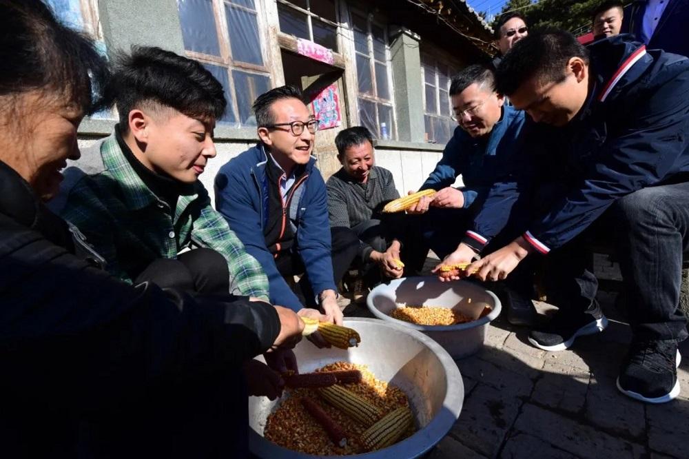 2019年11月,蔡崇信親赴河北省灤平走訪職教脫貧項目,並跟項目受益學生一家剝玉米。