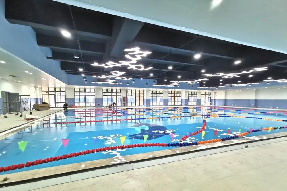 由蔡崇信公益基金會捐資、位於蔡崇信家鄉浙江湖洲的雙林鎮體育館已經落成,圖為體育館的室內游泳館。
