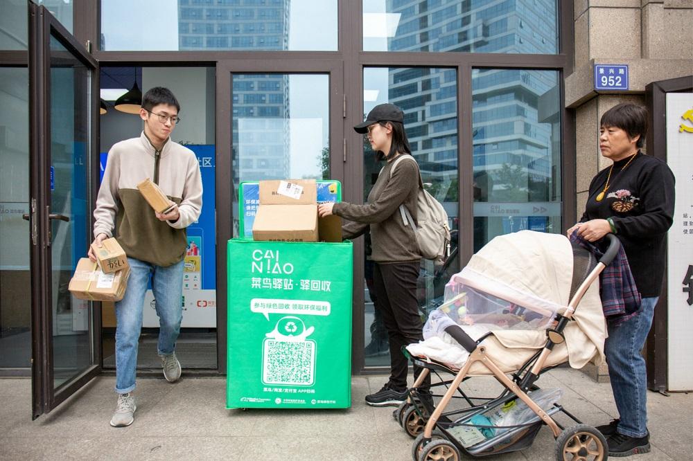 位於杭州倉溢東苑小區的菜鳥驛站,消費者領取快遞後隨即將快遞箱投入綠色回收箱。