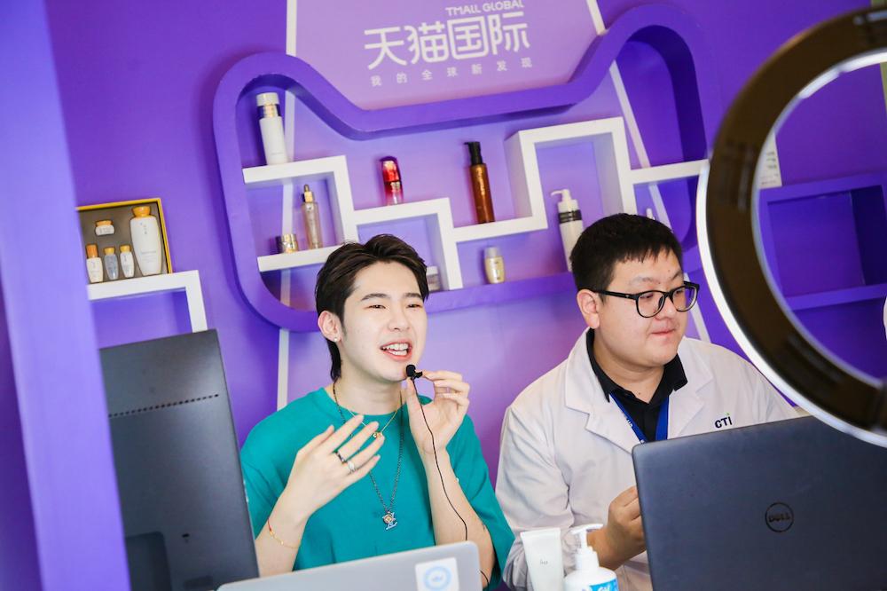 疫情影響下,大批海外品牌入駐天貓國際,借助跨境電商,拓銷中國市場。