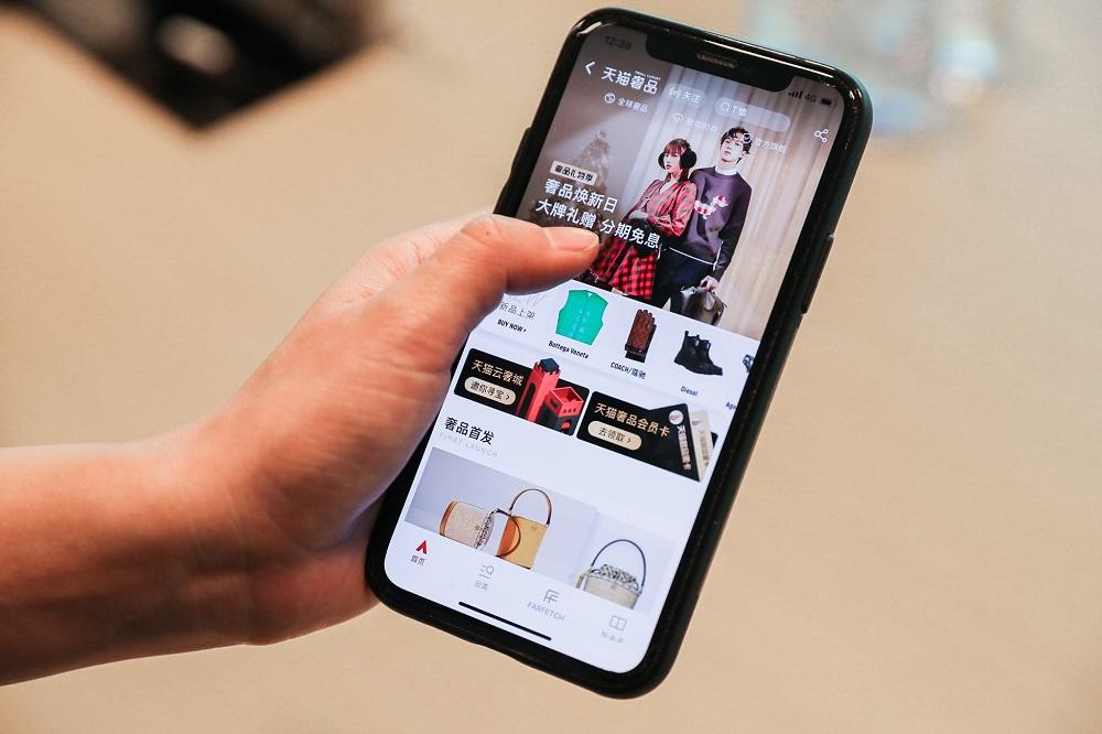 消費者可以通過手機淘寶或天貓應用程式瀏覽天貓奢品頻道,搜索及選購國際奢侈品牌的新款及經典產品。