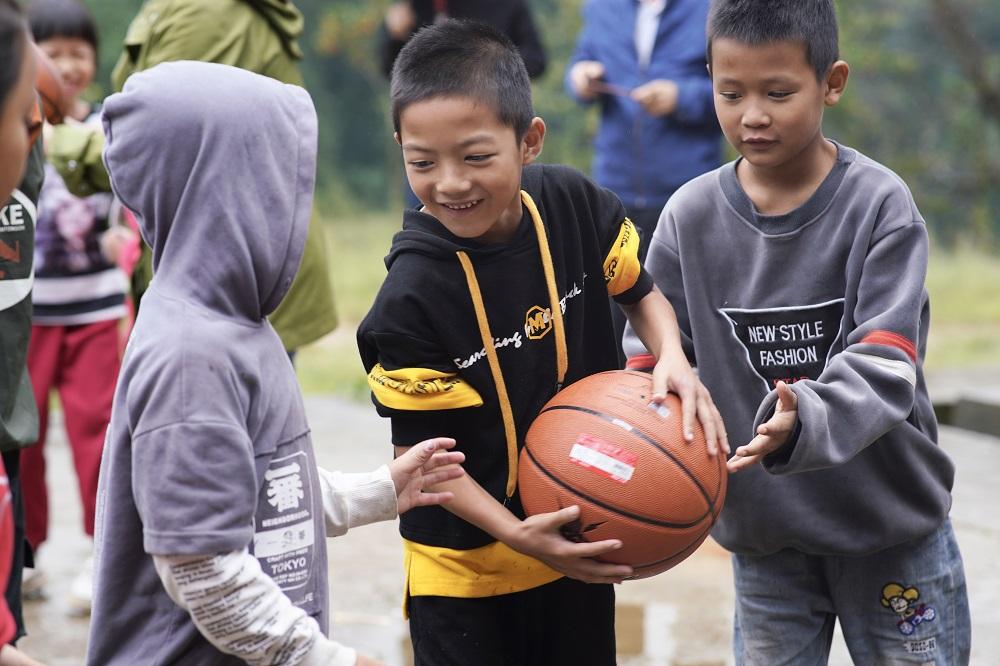 在消費者和商家的捐助下,中國的鄉村學童能享用全新的體育設施。