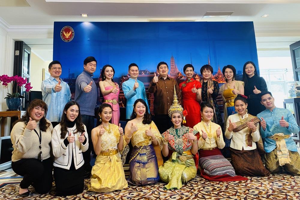 飛豬在2月初分別邀請比利時、泰國、盧旺達及馬來西亞的駐華外交官及代表,通過直播推介各地特色美食與文化習俗,圖為泰國駐華外交官及代表與飛豬直播間主持人合影。