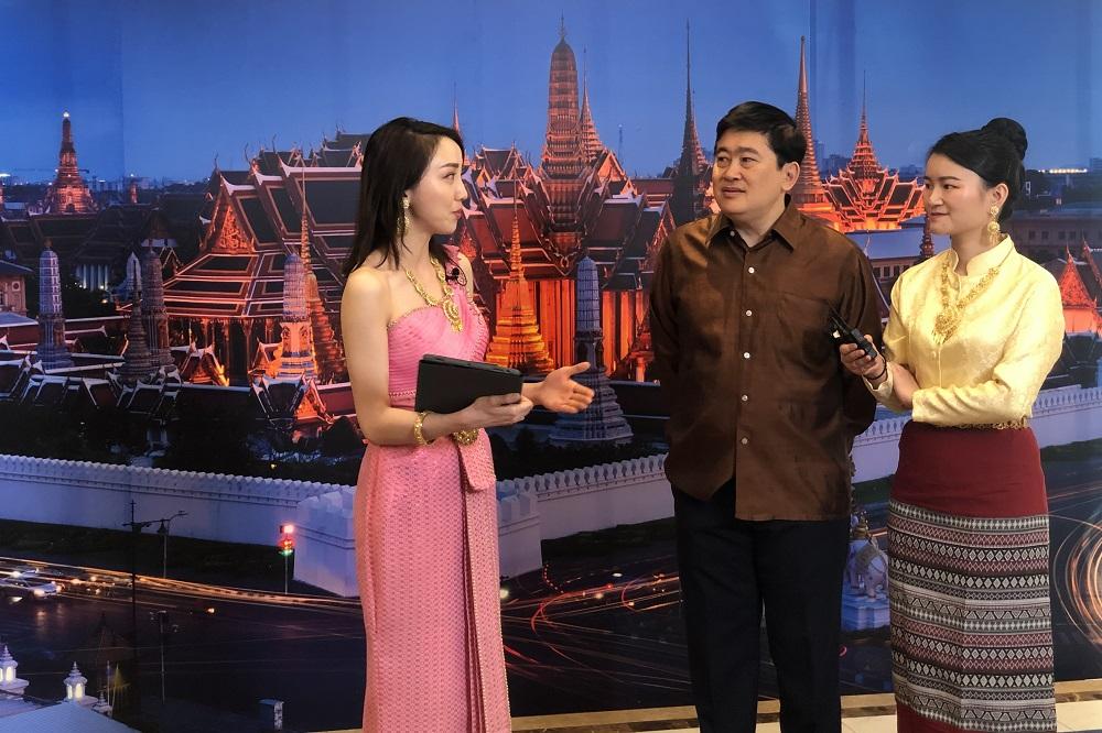 泰王國駐華大使館大使阿塔育‧習薩目(Arthayudh Srisamoot,圖中)在飛豬直播間向中國觀眾介紹泰國文化及特產。
