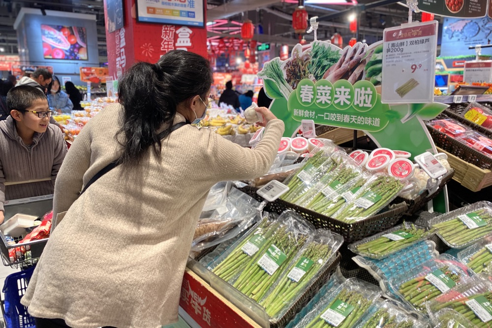 鮮嫩蔬菜人人愛,為了讓中國各地的「盒區房」用戶吃到更多時令蔬菜種類,盒馬今年增加10多條空運航線運送春菜,同時補充本地供應。