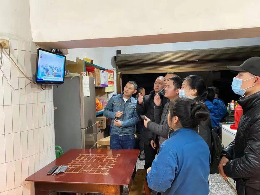重慶沙坪壩區磁建村中有約150名聽障人士定居,他們借助字幕機頂盒的幫助,得以了解新聞直播的內容。