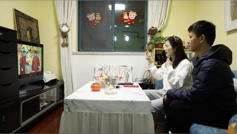 今年大年三十晚上,《千手觀音》聽障舞者呂曉燕與丈夫在上海家中一起觀看春晚的相聲表演。