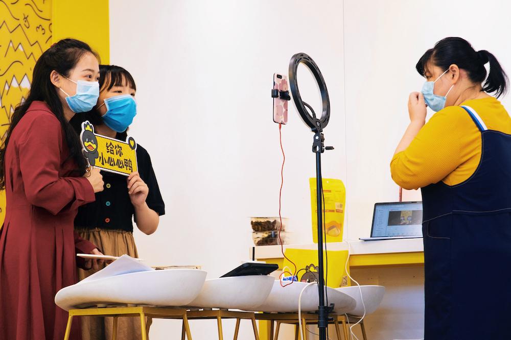 武漢周黑鴨店員正在淘寶直播介紹周黑鴨產品