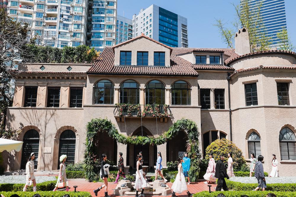 11個天貓設計師品牌在上海孫科別墅開啟2021上海時裝周開幕秀。