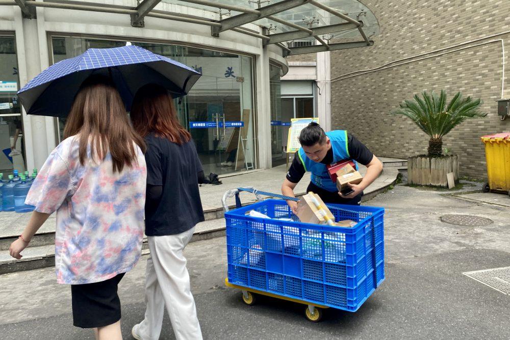 天貓淘寶日前聯合菜鳥驛站宣佈推出中國高校快遞免費預約送貨到樓服務,便利在校老師和大學生。