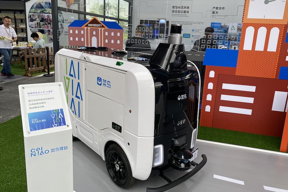 阿里巴巴首席技術官兼菜鳥首席技術官程立宣佈未來一年,菜鳥將投入1,000輛物流機器人「小蠻驢」進入校園和社區。