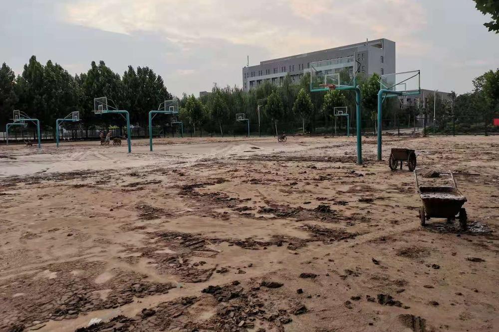 受災後的淇縣第一中學籃球場
