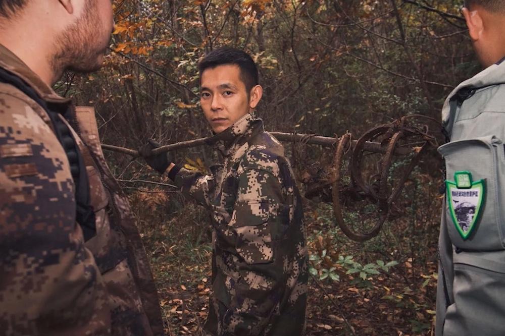 90後小伙甘明東曾經是一名獵人,不願看到物種在自己家鄉消失的他現在是老河溝保護區的一名巡護員,每天跋山涉水十多公里,默默為當地的生態保護做貢獻。