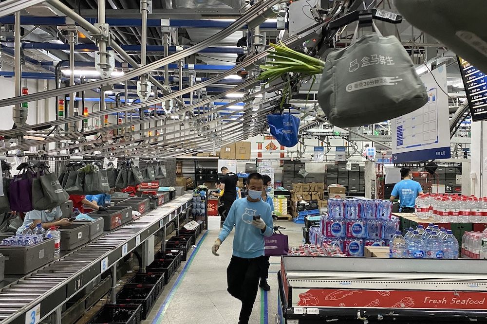 在盒馬鮮生上海金橋店後場,懸掛鏈極大地提升了揀貨、打包的效率