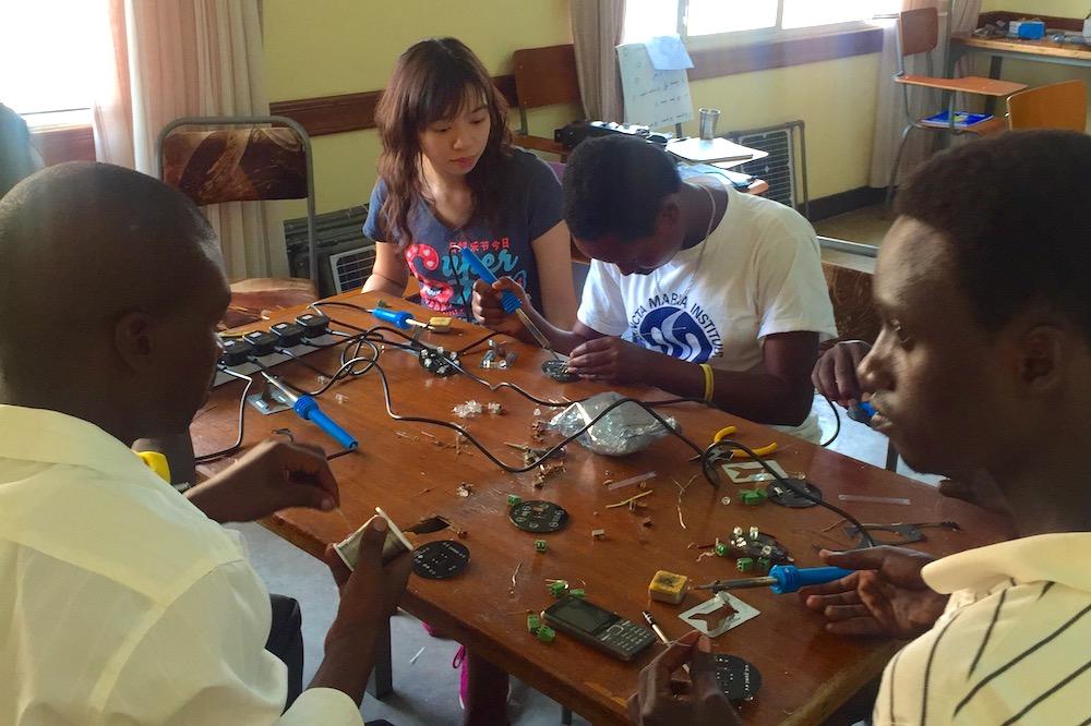 Bianca從小熱心公益,她曾在非洲盧旺達參與為44戶村民搭建太陽能電池板和照明系統的義工活動