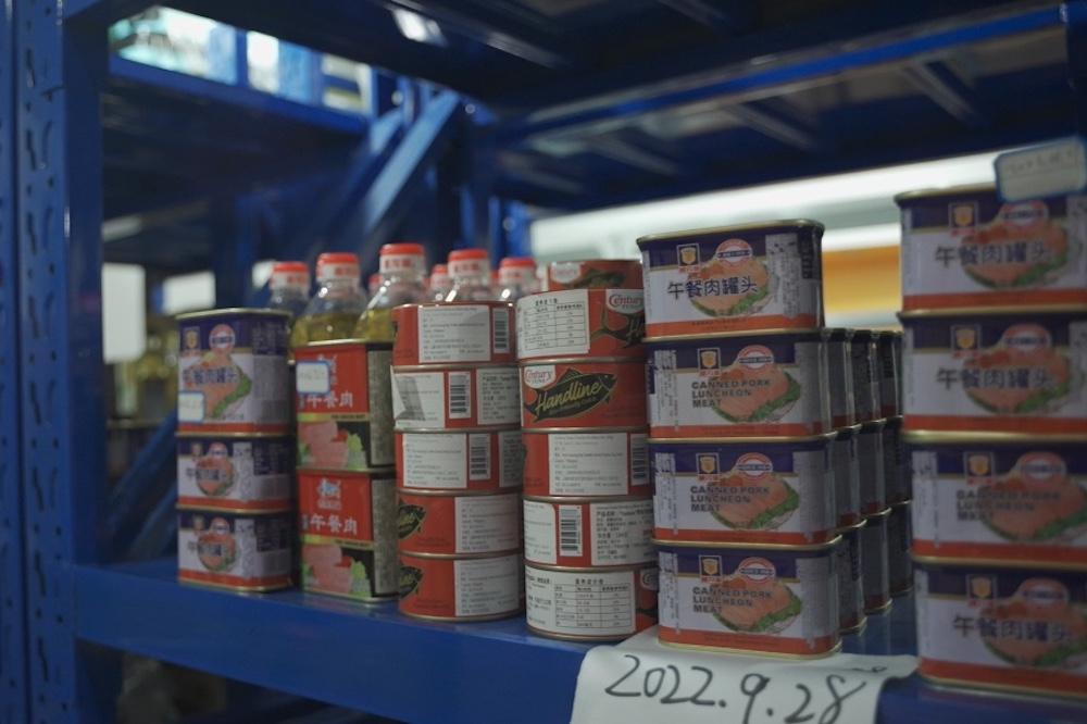 綠洲食物銀行的食物來源多通過線下超市以及部分食品生產方,據負責人介紹,公益食物的最低要求必須在保質期內,並且包裝完整、可以健康安全給到消費者。