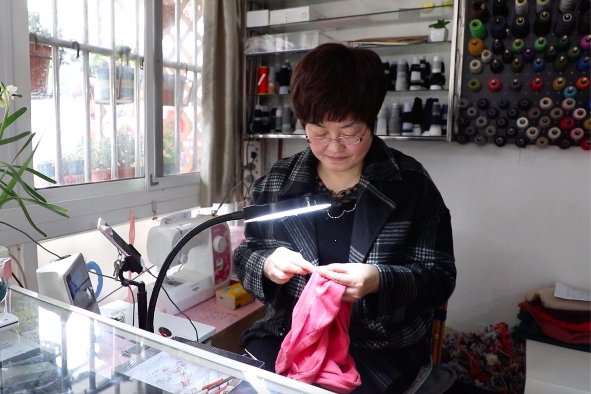Seorang Pensiunan Memulai Perjalanan Baru di Taobao sebagai Spesialis Permak Baju