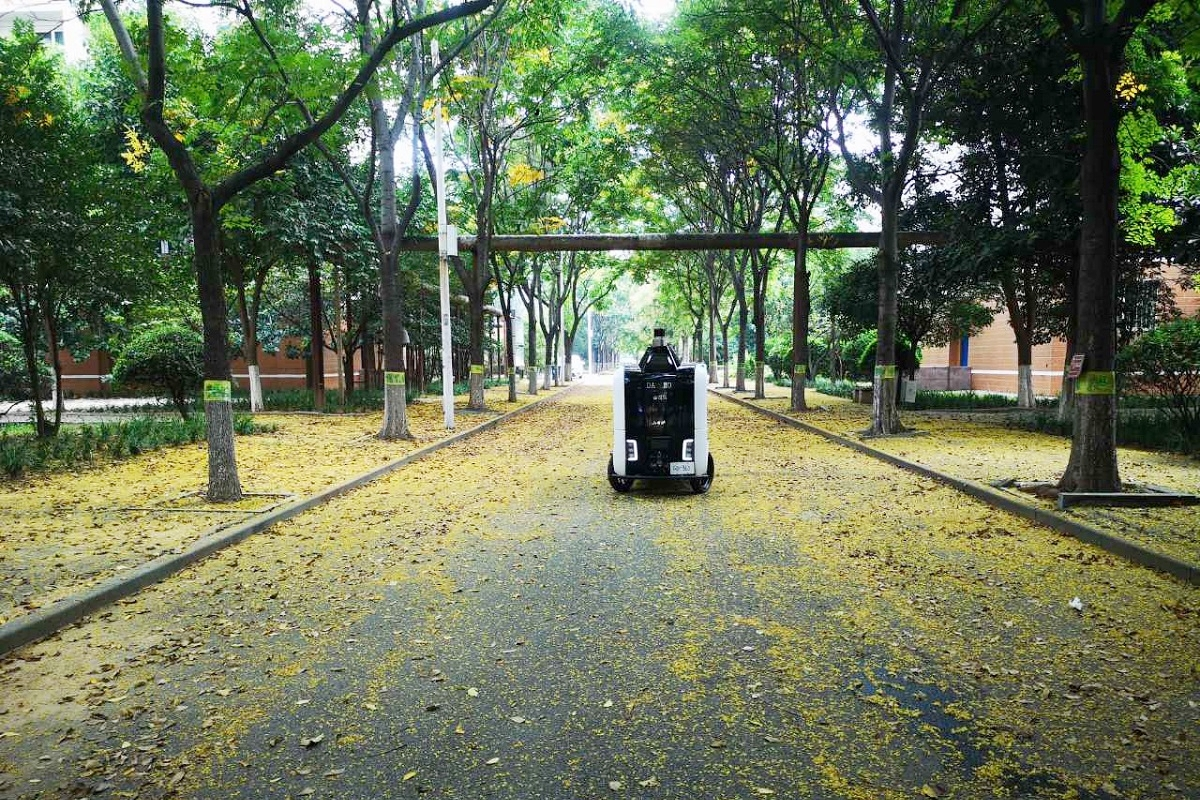 Robot pengiriman Xiaomanlv yang bertugas di sebuah perguruan tinggi di Provinsi Henan, Tiongkok untuk mengirim paket.